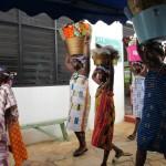 (14)Die Ortsbewohner bringen Körbe voller prächtiger Geschenke 1