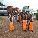 (15)Die Ortsbewohner bringen Körbe voller prächtiger Geschenke 2