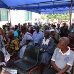 (17a)Fast 400 Bewohner nehmen an  der Zeremonie teil 2