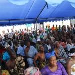 (17b)Fast 400 Bewohner nehmen an  der Zeremonie teil 3