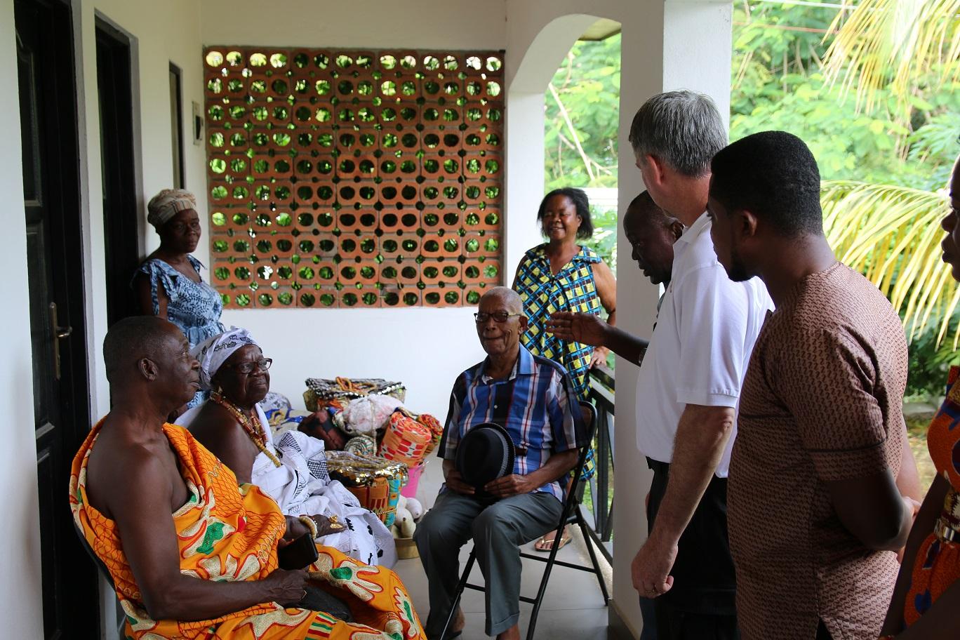 (1)Chief und Queen Mother des Adaklu-Distrikts heißen uns willkommen