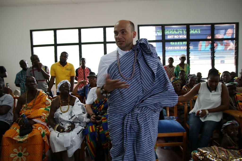 (24)Linguist Karsten übermittelt den Dank des Chiefs an die Gemeinde