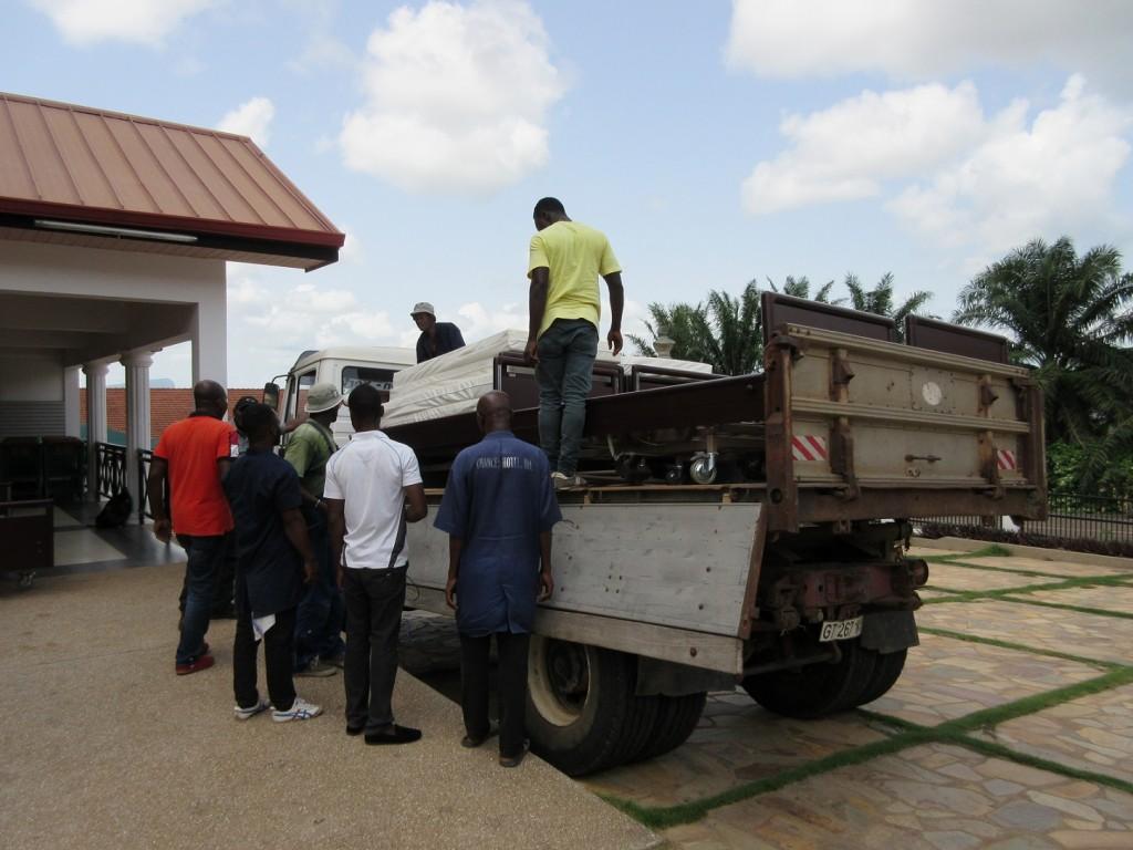 Abtransport der gespendeten  Krankenhauseinrichtung 1