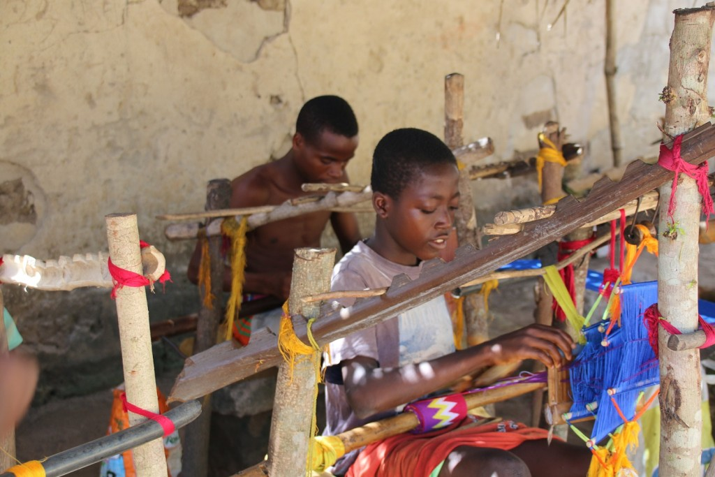 Kinder von Kpetoe bei der  Kente-Produktion_1