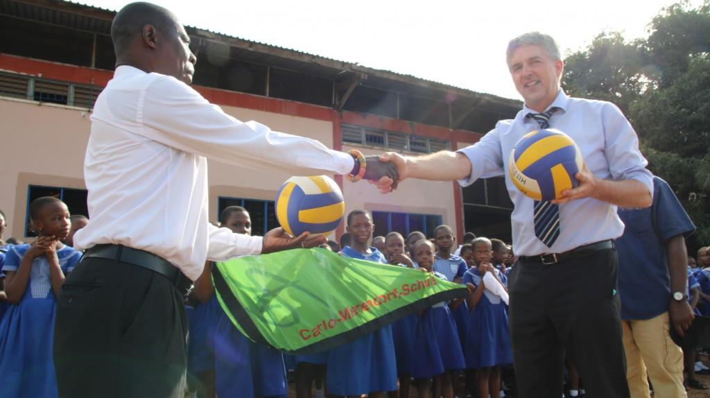 Übergabe der Volleybälle an die Grundschule 2