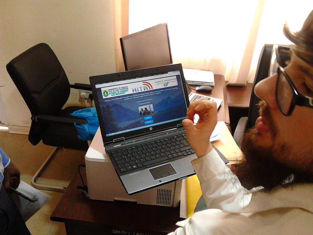 Leonhard diskutiert mit dem  SONAM-Team